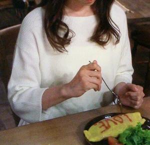 泣きながらオムライスを食べるシーン