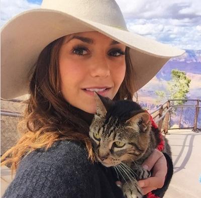 猫を抱っこするニーナ・ドブレフ