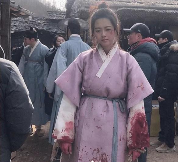 """Go Ara shares Bloody Costume on Set of """"Haechi"""""""