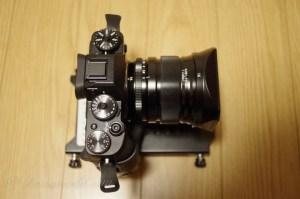 街で雪が降っていても強気に使えるレンズ交換式のミラーレスカメラと単焦点レンズ