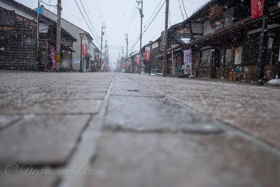 雪舞う七間通り。XF16mmで撮影。
