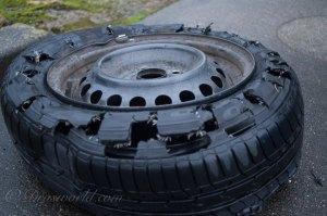 修復不可。山道の障害物でタイヤがパンクしたら行政に相談してみよう