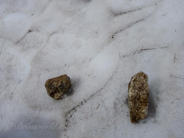 小石で雪渓を砕いてステップを切った