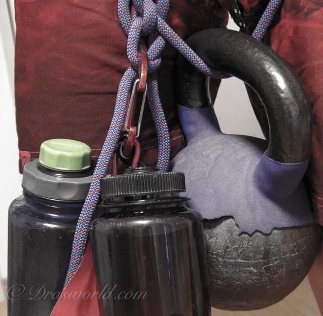 合計26kgで加重している様子。20kgのケトルベル、1Lの水を入れた容器を2つ、4Lの水を入れた給水バッグ。