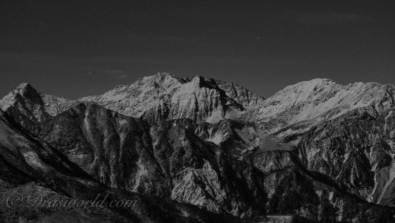 月明かりの染まる初冬の北アルプス