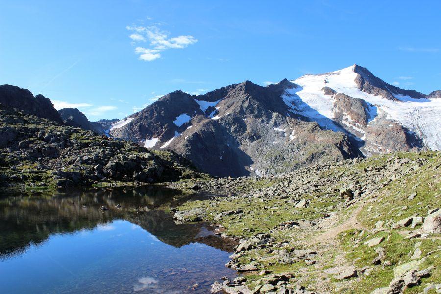 Bergsee und Gletscher am Stubaier Höhenweg