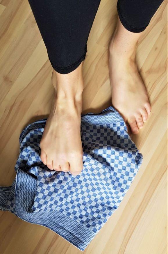 Tuch aufheben mit den Zehen 1