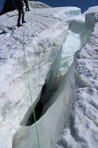 Eine Gletscherspalte, dies es zu überqueren galt.