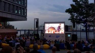 Der Konzertplatz an der Elbe neben der Elbphilharmonie