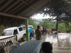 Vor dem Abmarsch in Machete - Entladen der Jeeps
