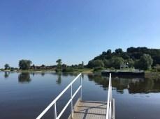 Auf der Fähre über die Elbe nach Hitzacker, links die Altstadt, rechts der Weinberg