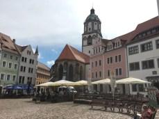 Auf dem Marktplatz in Meißen, im Hintergrund die Frauenkirche mit den Porzellanglocken