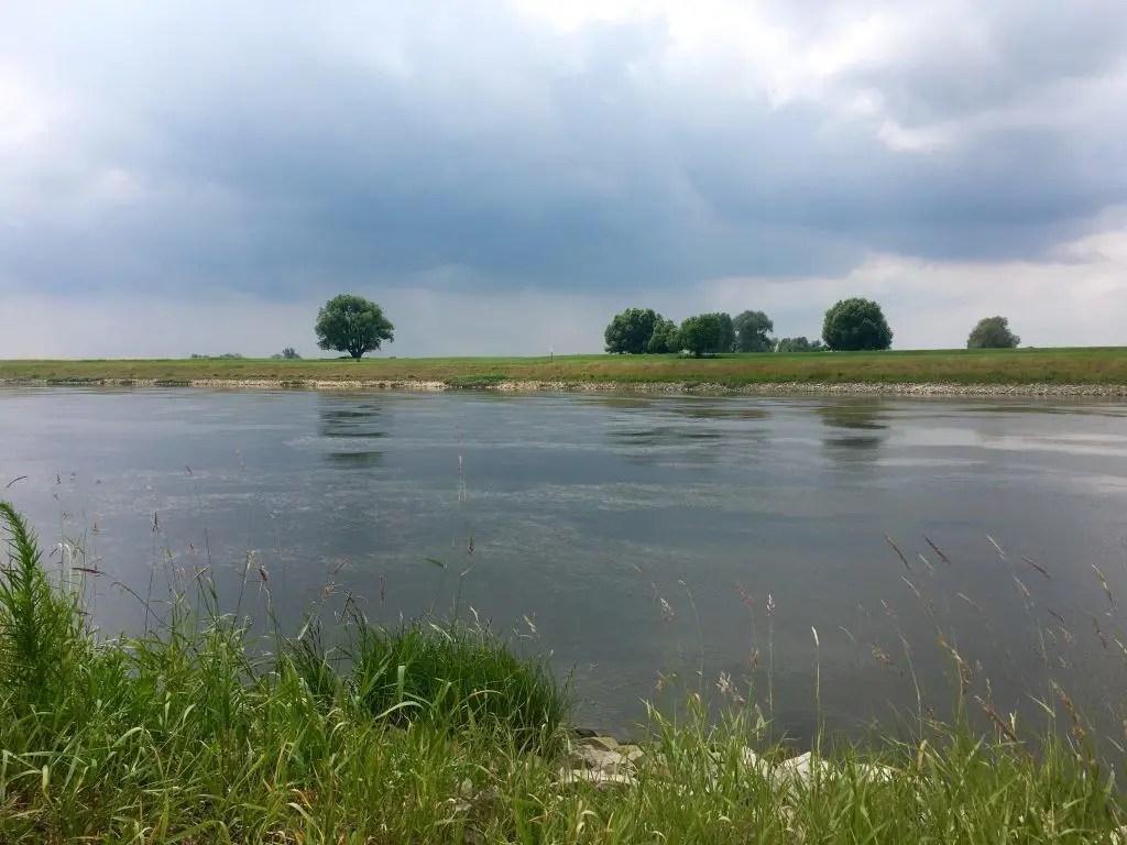 Entspannung am Elberadweg: Die sanfte Elblandschaft bei Klöden in Sachsen-Anhalt