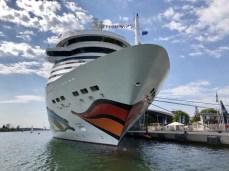 Kreuzfahrtschiff im Hafen von Warnemünde (2)