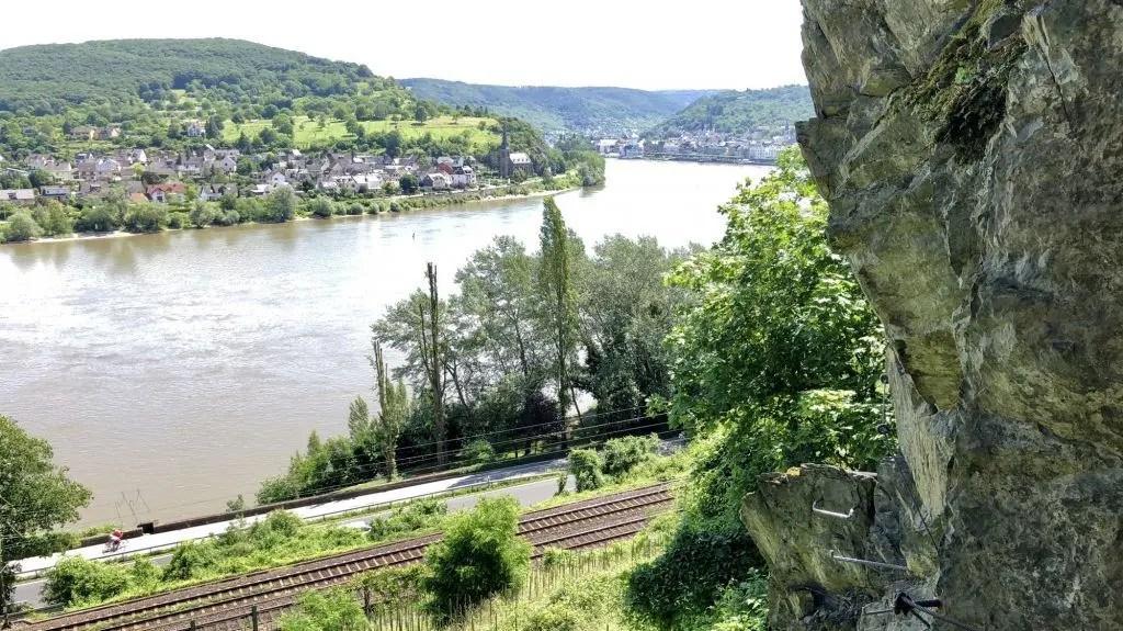 Knifflig mit Aussicht: Klettersteig-Passage über dem Rhein