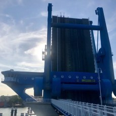 Die Peenebrücke in Wolgast - im aufgeklappten Zustand