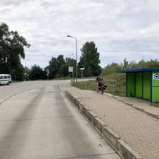 Warten an der Haltestelle des Bus-Shuttle durch den Herrentunnel in Lübeck