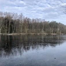 """Der zentrale """"See"""" (Regenrückhaltebecken) im Raakmoor in Hamburg"""