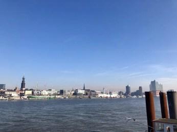 Blick über den Hamburger Hafen vom Südufer der Norderelbe, rechts die Elbphilharmonie
