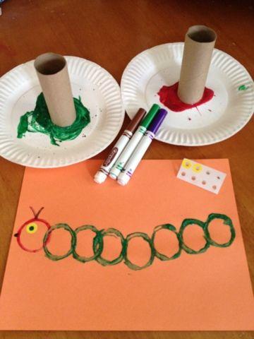 كيفية عمل دودة من الألوان على ورق الأشغال
