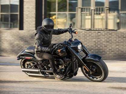 Die schweren 18-Zoll-Scheibenräder mit den überdimensionierten Gummis sind Schuld am störrischen Fahrverhalten
