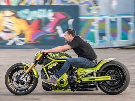 Die Harley-V-Rod-Modelle geben die Umbaurichtung klar vor: brutal, flach, lang