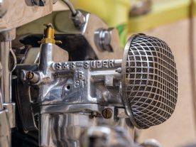 Der Luftfilter besteht nur aus einem kleinen Sieb mit einem Gitter darüber. Gerade genug, um zu verhindern, dass der S&S-Super-B-Vergaser nichts ansaugt, was nicht in den Motor gehört