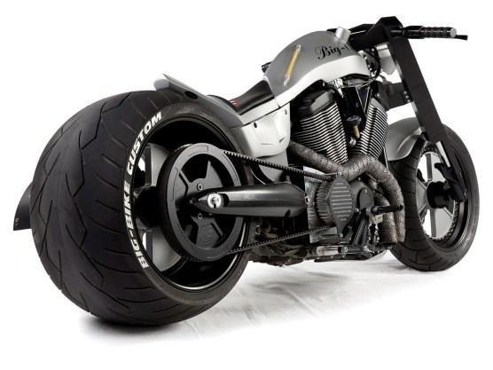 Bei diesem Bike ist der Name, der auf dem Tank steht, wirklich Programm. Zumindest, was die Reifenbreite angeht, geht's kaum fetter