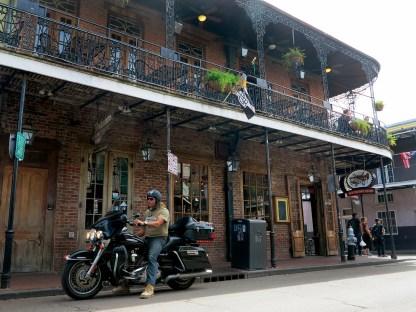 Vor pittoreskem Gebäude in der Bourbon Street in New Orleans