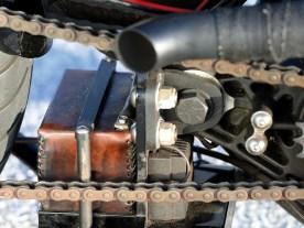 Schöne Idee: Handgenähtes Leder an Griffen, Rasten und Batterie