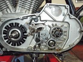 Primärtrieb samt Kupplungskorb sind bereits entfernt; das Kassettengetriebe sitzt noch drin