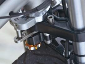 Die etwas flatterige Gabel wurde mittels eigener Gabelbrücken und eines KTM-Lenkungsdämpfers stabilisiert