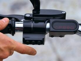 Die wichtigsten Informationen für den Fahrer liefert das motogadget-Instrument links am Lenker
