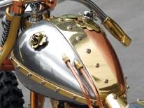 Funktional wie auch optisch geteilt: die aluminiumfarbene Seite des Tanks dient als Ölbehälter