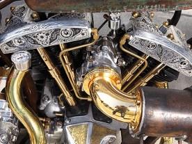 4-Karat-Ansaugstutzen, goldene Stößelstangen und gravierte Zylinderköpfe sorgen für einen erhabenen Anblick