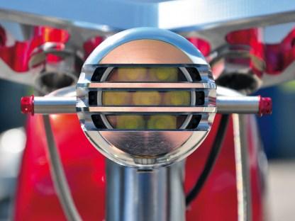 Hinter Gittern: Im kleinen, gefrästen Scheinwerfergehäuse sitzen LEDs