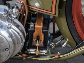Superschön gemacht: Batteriehalter mit Messingbeschlägen und Lederriemenverschluss