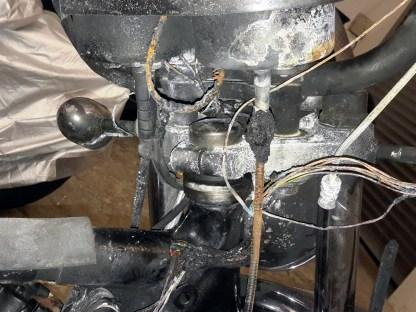 Vom Vergaser blieb ein Aluminiumklumpen übrig, die Uhren sind total verschmurgelt, sämtliche Kabel und Wellen sind dahin