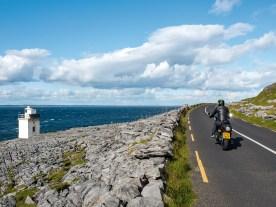 """Der Leuchtturm """"Black Head"""" unweit des Ortes Fanore liegt in der Region Burren"""