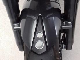 Die gelochten Aluminium- Applikationen ziehen sich konsequent über das gesamte Bike