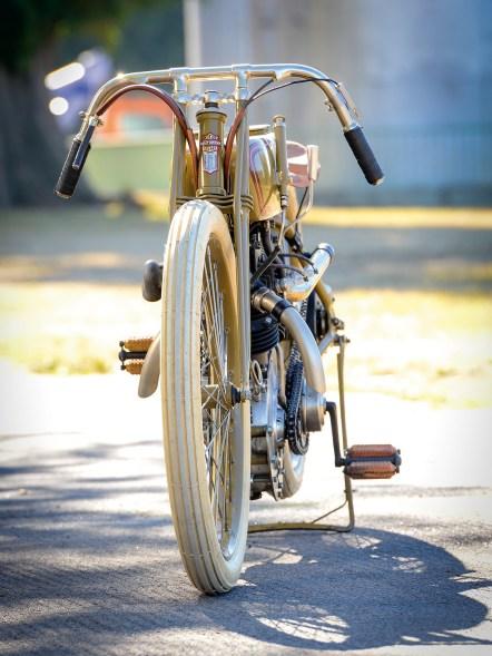 Die schmale Silhouette des Bikes wird auf dem Bild deutlich
