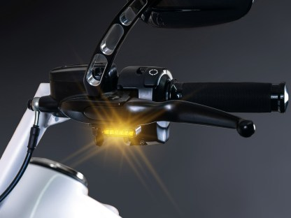 Typisches HeinzBikes-Teil: Der Armaturenblinker trägt nur minimal auf und verblüfft mit furioser Leuchtkraft