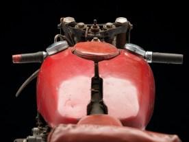 Mitten auf dem Tank ist ein Polster, auf das der Fahrer in geduckter Rennposition sein Kinn betten konnte