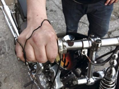 """Auf der Gasgriffseite hat Lars einen Zündstromunterbrecher-""""Schalter"""" installiert"""