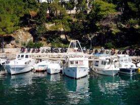 In der kleinen Bucht des Örtchens Mandre durften wir die Bikes direkt am Wasser parken