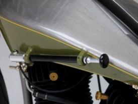 Mit der Handpumpe kann das Luftfederbein in der Gabel mit Druckluft beaufschlagt werden