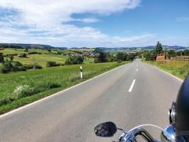 Beste Bedingungen, gute Straßen: Vorbei an sommerlichen Feldern und über grasgrüne Hügel
