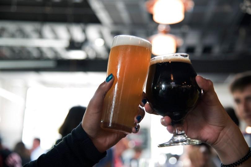 Anstoßende Alkoholgläser in einer Bar