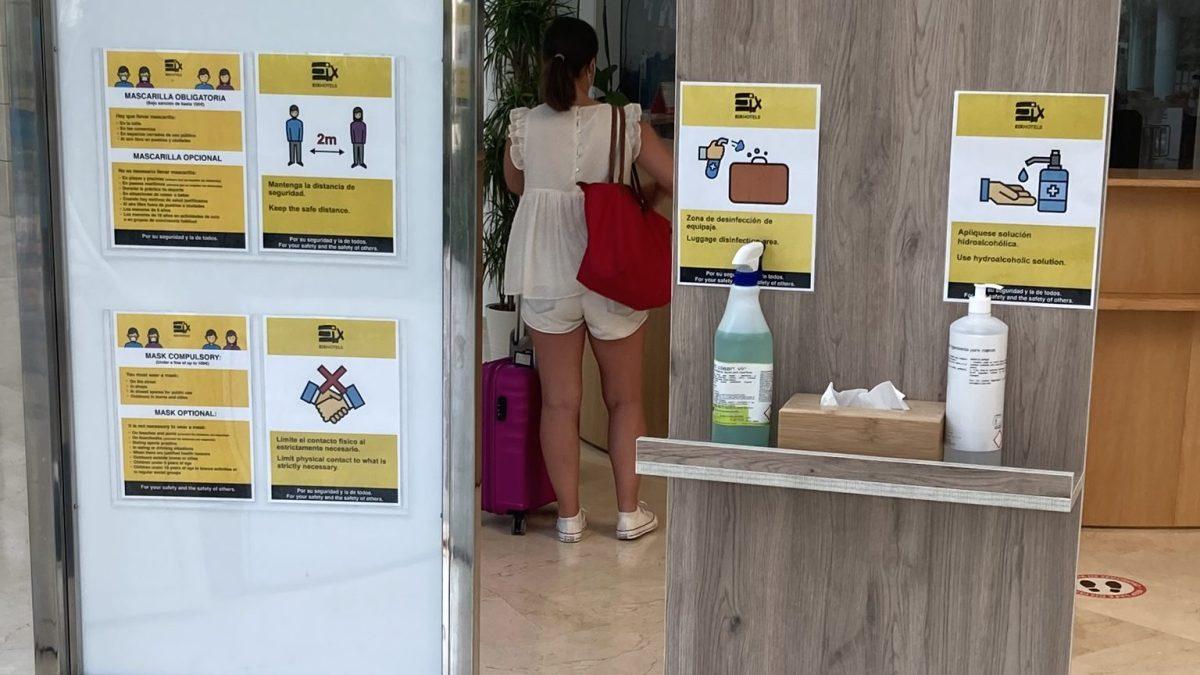 Corona Information und Desinfektionsmittel im Mallorca Hotel