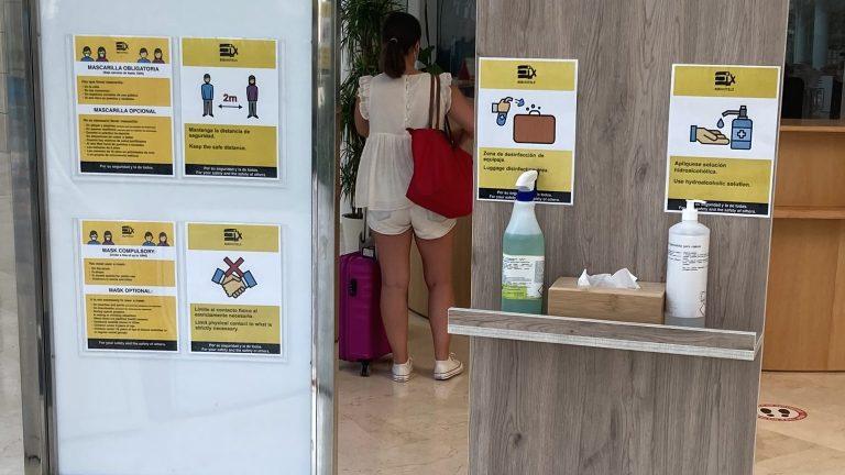Corona Information und Desinfektionsmittel im Hotel.